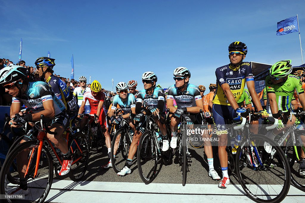 Spain's Alberto Contador (2ndR) waits for the start of the 77th edition of the Plouay Grand Prix cycling race on September 1, 2013 in Plouay, western of France. This year, 238 cyclists compete in the Plouay Grand Prix cycling race.