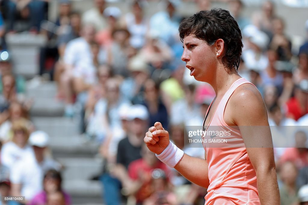 Spain's Carla Suarez Navarro celebrates after winning a point against Slovakia's Dominika Cibulkova during their women's third round match at the Roland Garros 2016 French Tennis Open in Paris on May 28, 2016. / AFP / Thomas SAMSON