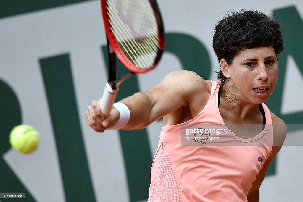 Spain's Carla Suarez Navarro returns the ball to China's Wang Qiang during their women's second round match at the Roland Garros 2016 French Tennis Open in Paris on May 26, 2016. / AFP / PHILIPPE