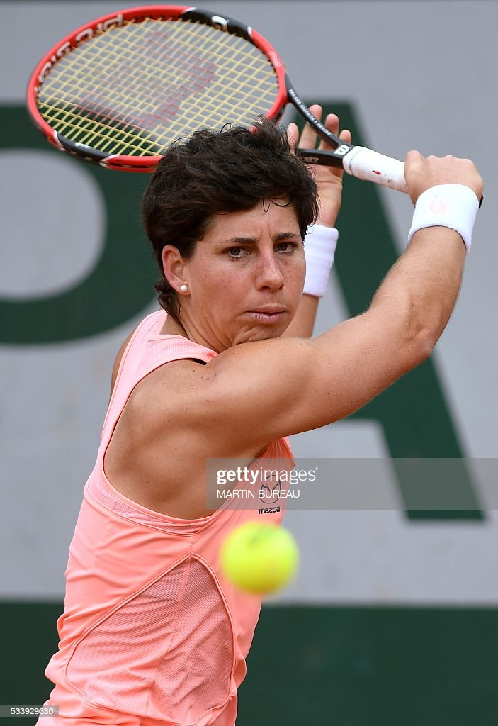 Spain's Carla Suarez Navarro returns the ball to Czech Republic's Katerina Siniakova during their women's first round match at the Roland Garros 2016 French Tennis Open in Paris on May 24, 2016. / AFP / MARTIN