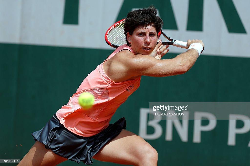 Spain's Carla Suarez Navarro returns the ball to Slovakia's Dominika Cibulkova during their women's third round match at the Roland Garros 2016 French Tennis Open in Paris on May 28, 2016. / AFP / Thomas SAMSON