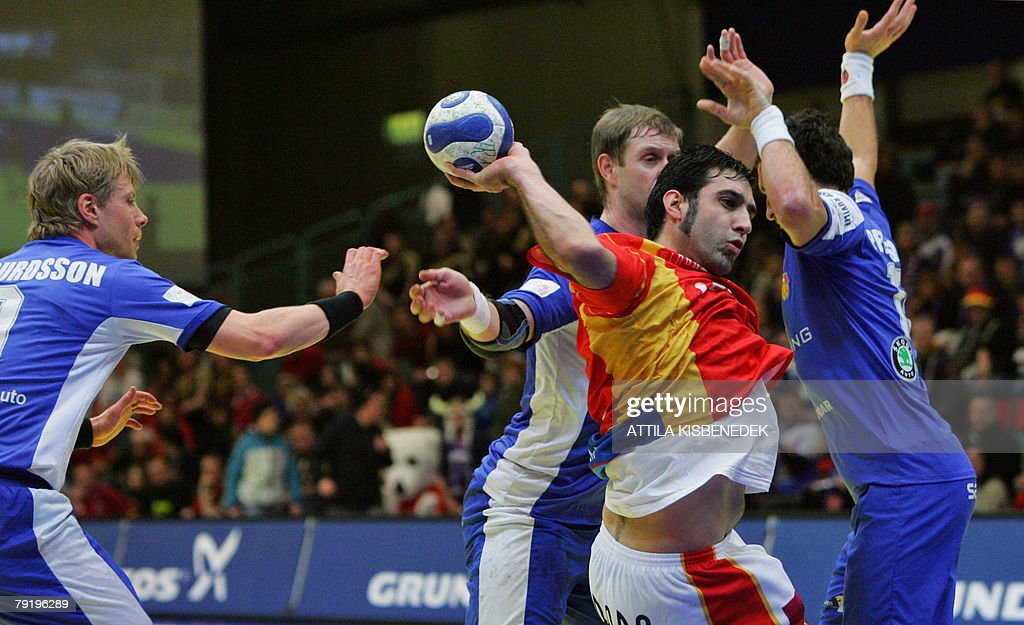 Spain's central Carlos Ruesga Pasarin (2ndR) tries to shoots as he vies with Icelandic defenders during their 8th Men's European Handball Championship Main Round match, 24 January 2008 at the Spektrum sports hall in Trondheim.