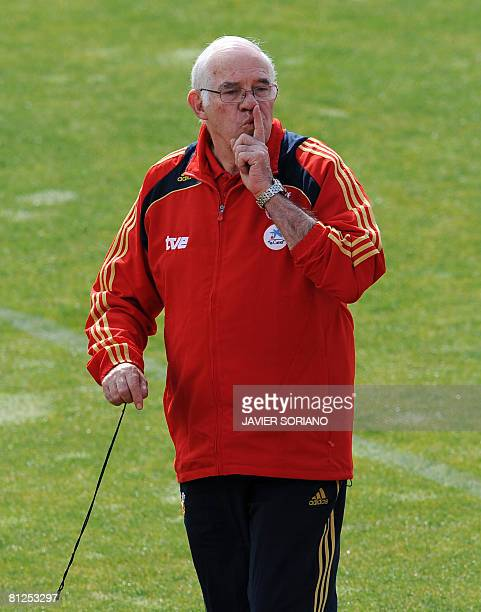 Spain's coach Luis Aragones leads a training session at the Las Rozas sport city near Madrid on May 28 2008 prior to the Euro 2008 football...