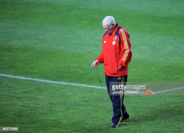 Spain's coach Luis Aragones stands during a trainning session on March 25 2008 at Martinez Valero stadium in Elche on the eve of their friendly...