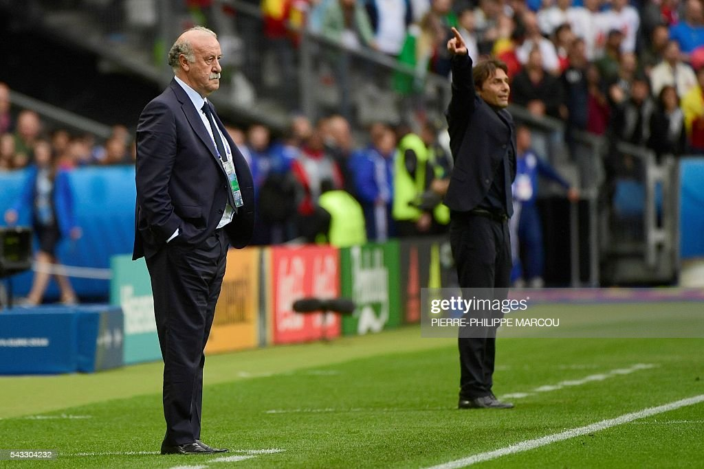 Spain's coach Vicente Del Bosque (L) and Italy's coach Antonio Conte follow the Euro 2016 round of 16 football match between Italy and Spain at the Stade de France stadium in Saint-Denis, near Paris, on June 27, 2016. / AFP / PIERRE