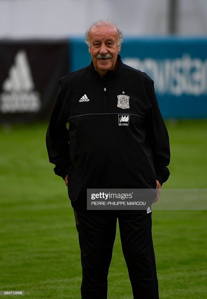 Spain's coach Vicente del Bosque attends a training session in Schruns, Austria, on May 27, 2016 preparing for the upcoming Euro 2016 European football championships. / AFP / PIERRE