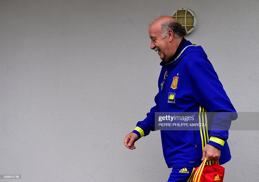 Spain's coach Vicente del Bosque leaves the stadium after directing a training session in Schruns on May 30, 2016 ahead of the upcoming Euro 2016 European football championships. / AFP / PIERRE