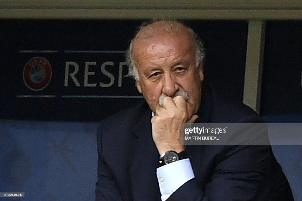 Spain's coach Vicente Del Bosque looks on from the bench during Euro 2016 round of 16 football match between Italy and Spain at the Stade de France stadium in Saint-Denis, near Paris, on June 27, 2016. / AFP / MARTIN