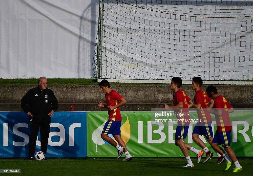 Spain's coach Vicente del Bosque oversees a training session in Schruns on May 26, 2016 preparing for the upcoming Euro 2016 European football championships. / AFP / PIERRE