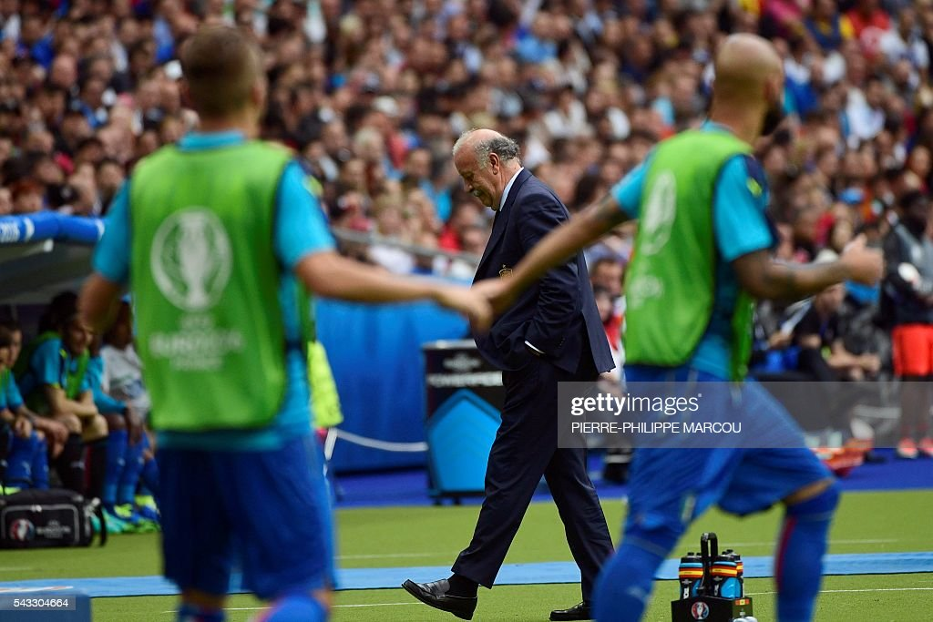 Spain's coach Vicente Del Bosque reacts during the Euro 2016 round of 16 football match between Italy and Spain at the Stade de France stadium in Saint-Denis, near Paris, on June 27, 2016. / AFP / PIERRE
