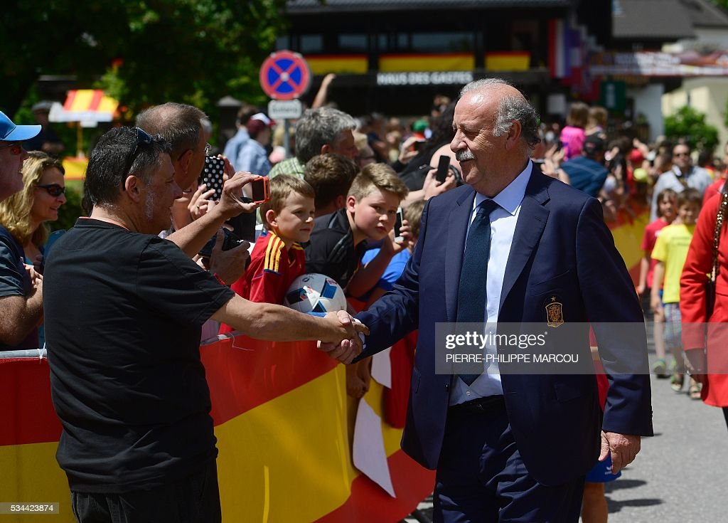 Spain's coach Vicente del Bosque shakes hand with a journalist as he arrives at his hotel in Schruns on May 26, 2016 where the team will train for the upcoming Euro 2016 European football championships. / AFP / PIERRE