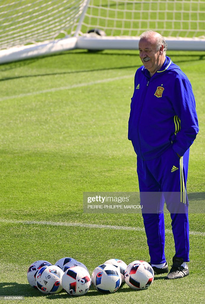 Spain's coach Vicente Del Bosque smiles as he attends a training session at Saint Martin de Re's stadium on June 26, 2016, on the eve of their match against Italy during the Euro 2016 football tournament. / AFP / PIERRE