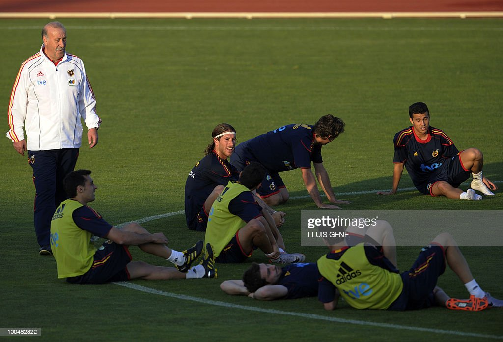 Spain's coach Vicente Del Bosque (L) talks with his players during a training session of the Spanish football team attended by Spain's Prince Felipe (unseen) on May 24, 2010, at the Sports City of Las Rozas, near Madrid. Spain, among the favourites for the World Cup, which runs from June 11-July 11, face Switzerland, Honduras and Chile in Group H of the opening round.