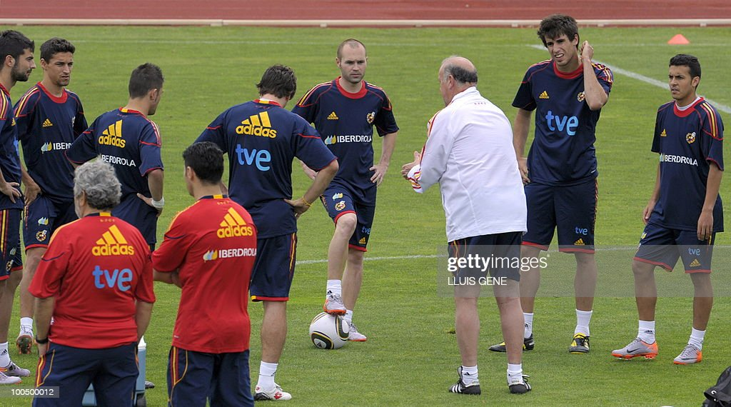 Spain's coach Vicente del Bosque (3R) talks with the players during a training session of the Spanish football team on May 25, 2010, at the Sports City of Las Rozas, near Madrid. Spain, among the favourites for the World Cup, which runs from June 11-July 11, face Switzerland, Honduras and Chile in Group H of the opening round.