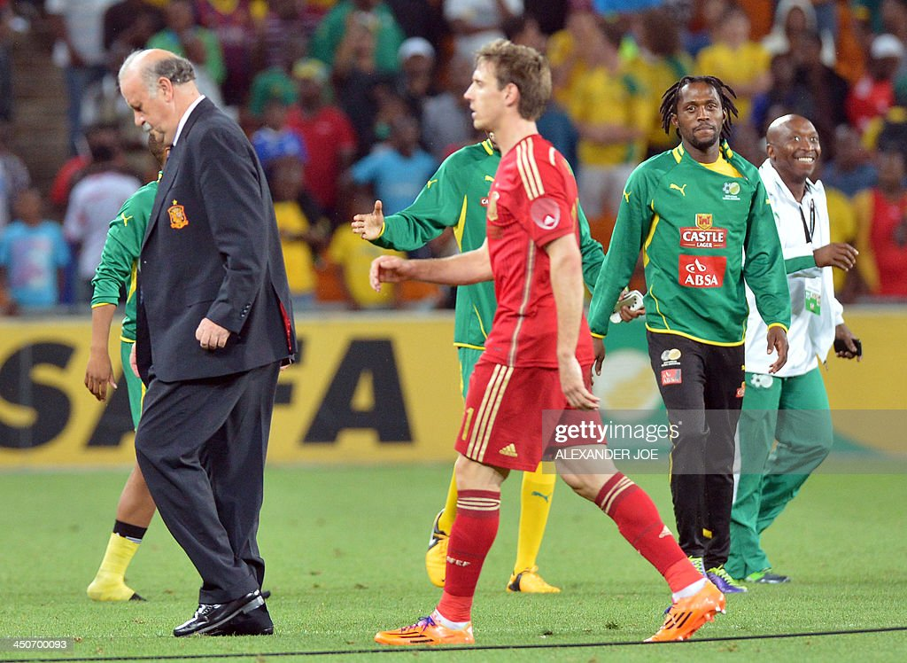 Spain's coach Vicente Del Bosque (L) walks off the pitch after his team lost a friendly football match to South Africa at the Soccer City Stadium in Soweto on November 19, 2013. AFP PHOTO / ALEXANDER JOE