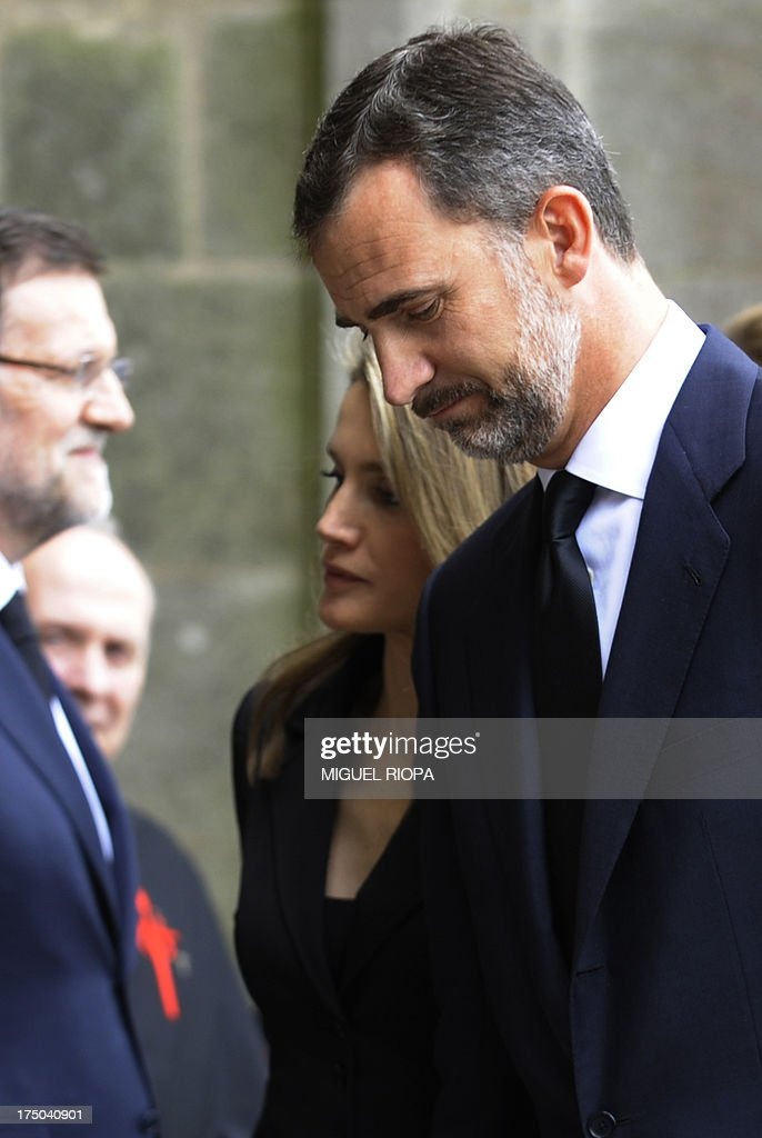 Spain's Crown Prince Felipe (R) and Spain's Princess Letizia arrive to attend a memorial service for the victims the derailed train of Angrois, at the cathedral of Santiago de Compostela on July 29, 2013. The driver of a train that hurtled off the rails in Spain was charged on July 28 with 79 counts of reckless homicide and released on bail after being questioned by a judge. AFP PHOTO/ POOL/ MIGUEL RIOPA