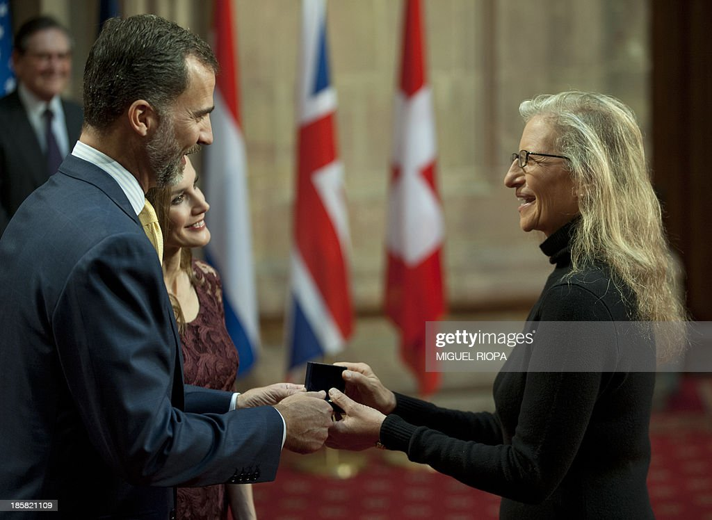 Spain's Crown Prince Felipe (L) gives a medal to US photographer Annie Leibovitz, laureate of the 203 Prince of Asturias Award for Communication and Humanities, during an official audience at the Reconquista Hotel of the northern Spanish city of Oviedo on October 25, 2013. AFP PHOTO / MIGUEL RIOPA