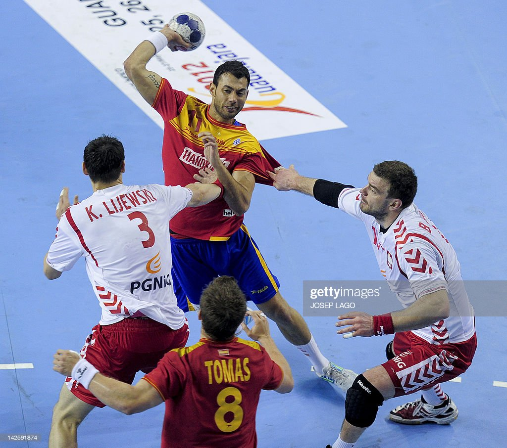 Spain's Daniel Sarmiento Melian (C) vies with Poland's Krzysztof Lijewski (L) and Bartosz Jurecki (R) during the handball pre-Olympic qualifying match Spain vs Poland on April 8, 2012 at the Tecnificacion Center sports hall in Alicante. Spain won 33-22 qualified for the London 2012 Olympic Games. AFP PHOTO / JOSEP LAGO