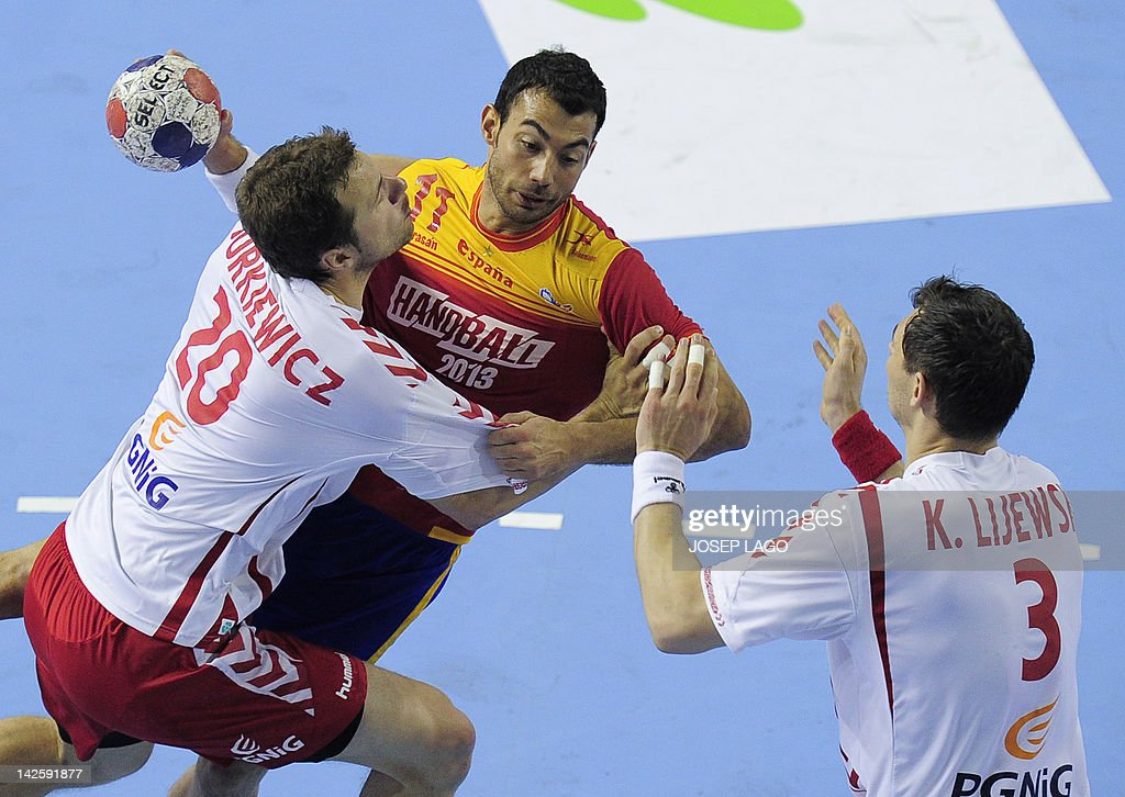 Spain's Daniel Sarmiento Melian (C) vies with Poland's Krzysztof Lijewski (R) and Mariusz Jurkiewicz (L) during the handball pre-Olympic qualifying match Spain vs Poland on April 8, 2012 at the Tecnificacion Center sports hall in Alicante. Spain won 33-22 qualified for the London 2012 Olympic Games.