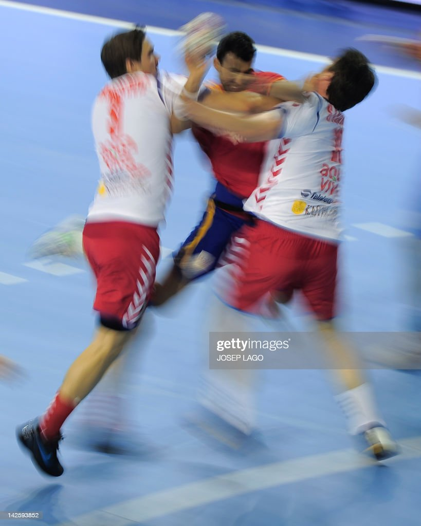 Spain's Daniel Sarmiento Melian (C) vies with Serbians Nikola Manojlovic (L) and Alem Toskic (R) during the handball pre-Olympic qualifying match Spain vs Serbia on April 6, 2012 at the Tecnificacion Center sports hall in Alicante.