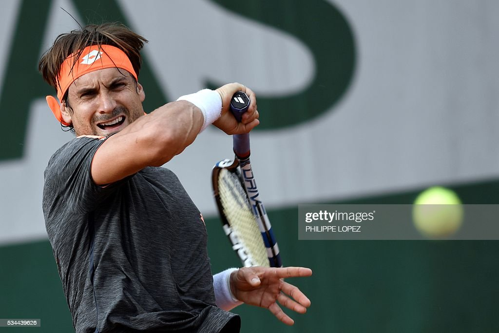Spain's David Ferrer returns the ball to Argentina's Juan Monaco during their men's second round match at the Roland Garros 2016 French Tennis Open in Paris on May 26, 2016. / AFP / PHILIPPE