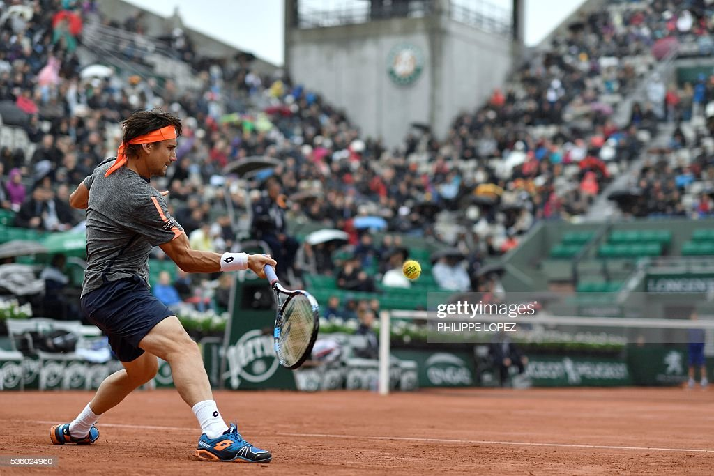 Spain's David Ferrer returns the ball to Czech Republic's Tomas Berdych during their men's fourth round match at the Roland Garros 2016 French Tennis Open in Paris on May 31, 2016. / AFP / PHILIPPE