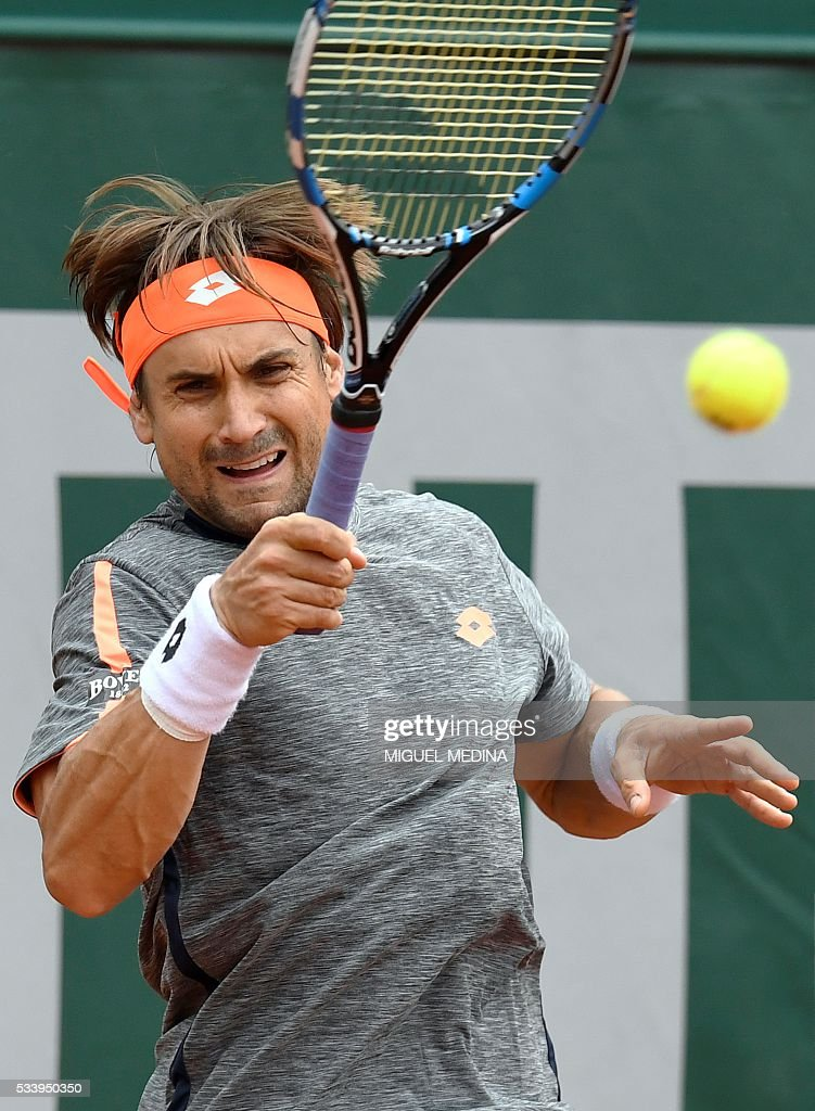 Spain's David Ferrer returns the ball to Russia's Evgeny Donskoy during their men's first round match at the Roland Garros 2016 French Tennis Open in Paris on May 24, 2016. / AFP / MIGUEL