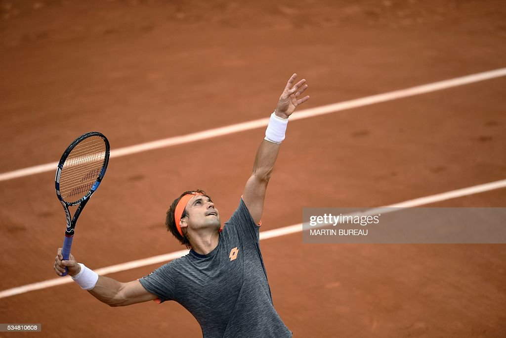 Spain's David Ferrer serves the ball to Spain's Feliciano Lopez during their men's third round match at the Roland Garros 2016 French Tennis Open in Paris on May 28, 2016. / AFP / MARTIN