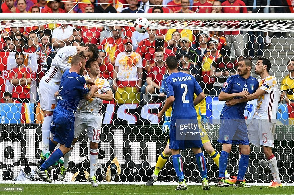 Spain's defender Gerard Pique (L) and Spain's defender Jordi Alba (3L) and Italy's midfielder Daniele De Rossi vie for the ball during the Euro 2016 round of 16 football match between Italy and Spain at the Stade de France stadium in Saint-Denis, near Paris, on June 27, 2016. / AFP / VINCENZO
