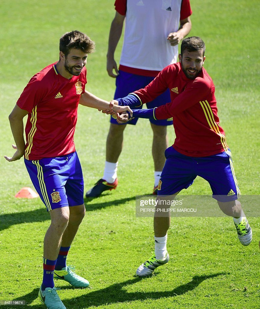 Spain's defender Gerard Pique (L) and Spain's defender Jordi Alba attend a training session at Saint Martin de Re's stadium on June 26, 2016, on the eve of their match against Italy during the Euro 2016 football tournament. / AFP / PIERRE
