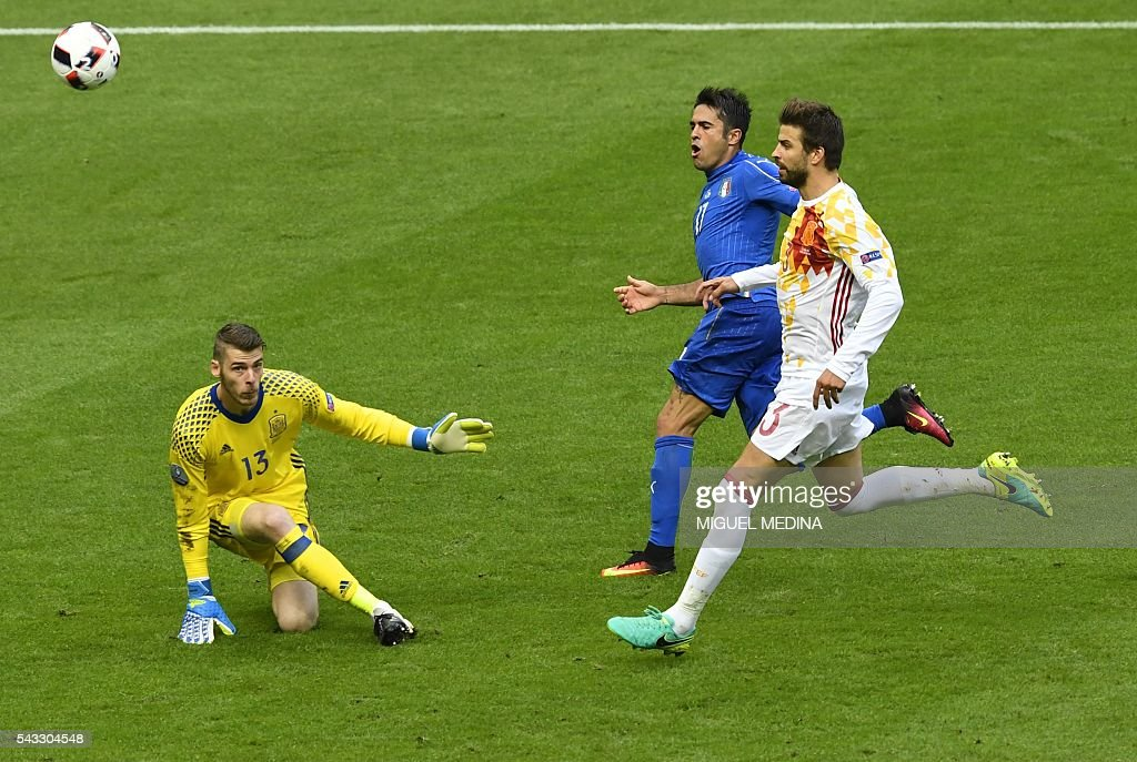 Spain's defender Gerard Pique (R) runs with Italy's forward Citadin Martins Eder (2nd R) beside Spain's goalkeeper David De Gea during Euro 2016 round of 16 football match between Italy and Spain at the Stade de France stadium in Saint-Denis, near Paris, on June 27, 2016. / AFP / MIGUEL