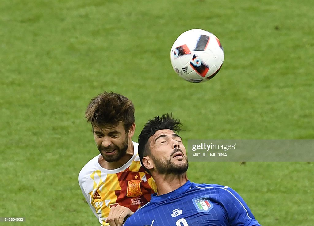 Spain's defender Gerard Pique (L) vies with Italy's forward Pelle during Euro 2016 round of 16 football match between Italy and Spain at the Stade de France stadium in Saint-Denis, near Paris, on June 27, 2016. / AFP / MIGUEL