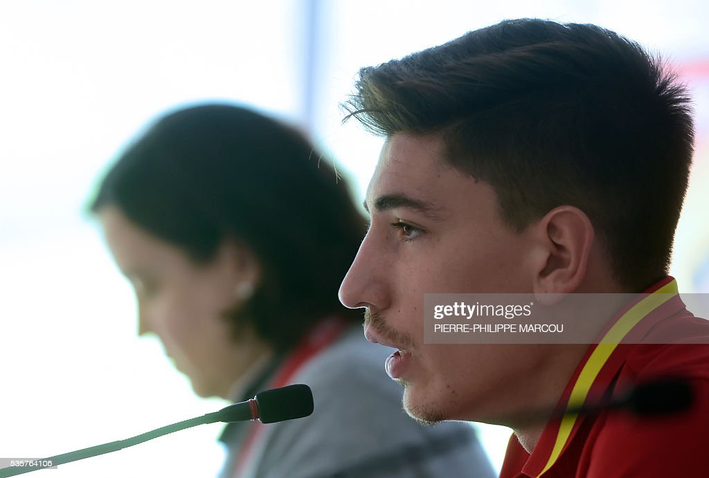 Spain's defender Hector Bellerin speaks during a press conference after a training session in Schruns on May 30, 2016 ahead of the upcoming Euro 2016 European football championships. / AFP / PIERRE