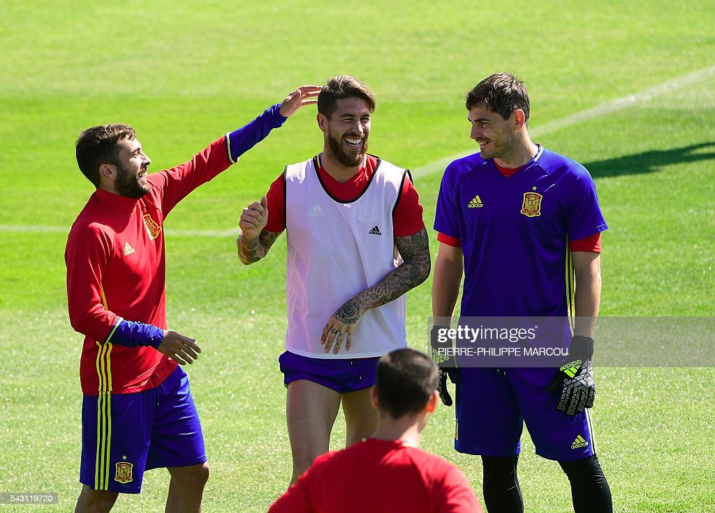 Spain's defender Jordi Alba (L) jokes with Spain's defender Sergio Ramos (C) beside Spain's goalkeeper Iker Casillas during a training session at Saint Martin de Re's stadium on June 26, 2016, on the eve of their match against Italy during the Euro 2016 football tournament. / AFP / PIERRE