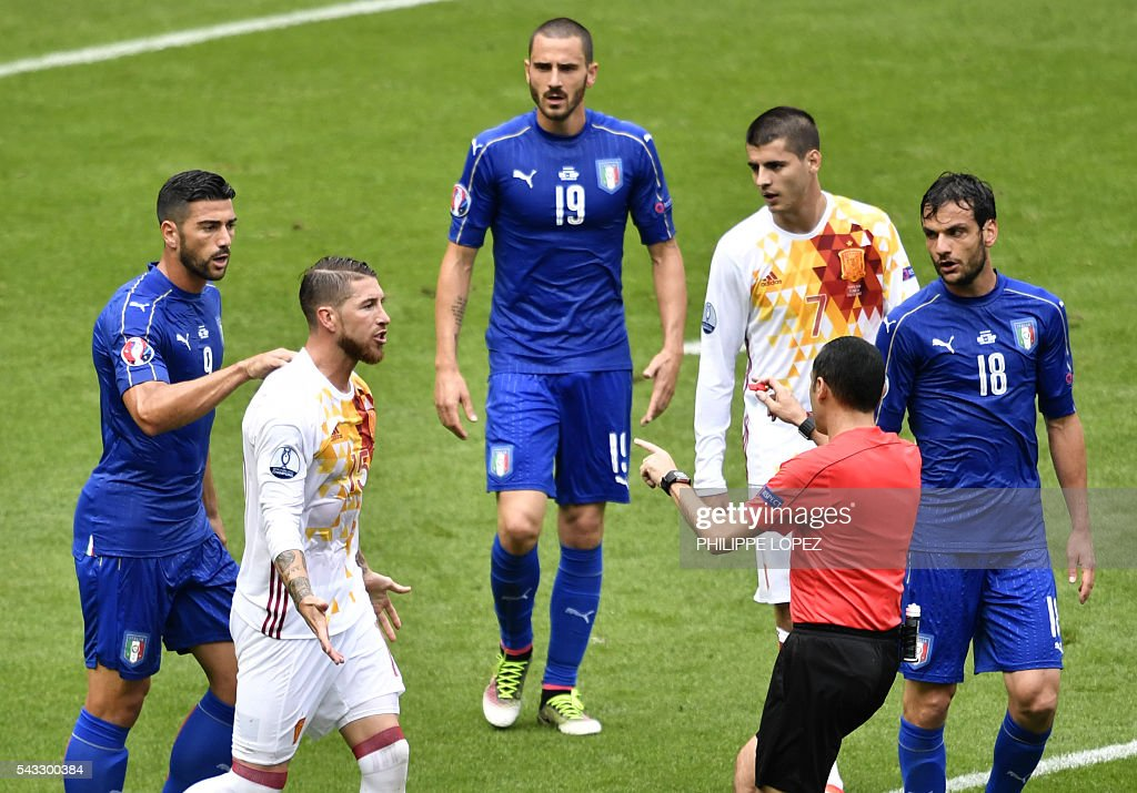 Spain's defender Sergio Ramos (2nd L) talks to Turkish referee Cuneyt Cakir (2nd R) beside Italy's forward Pelle (L), Italy's defender Leonardo Bonucci (3rd L), Spain's forward Alvaro Morata (3rd R) and Italy's midfielder Marco Parolo (R) during Euro 2016 round of 16 football match between Italy and Spain at the Stade de France stadium in Saint-Denis, near Paris, on June 27, 2016. / AFP / PHILIPPE