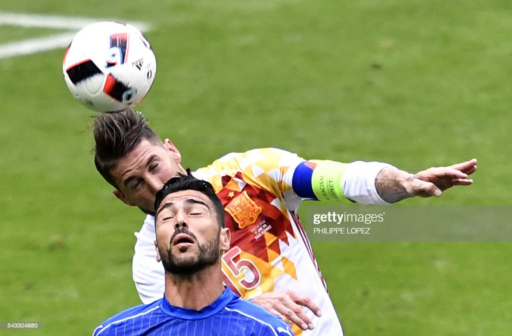 Spain's defender Sergio Ramos (L) vies with Italy's midfielder Alessandro Florenzi during Euro 2016 round of 16 football match between Italy and Spain at the Stade de France stadium in Saint-Denis, near Paris, on June 27, 2016. / AFP / PHILIPPE