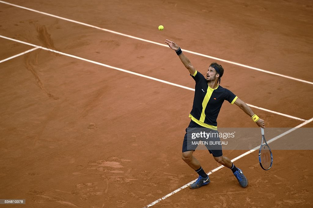 Spain's Feliciano Lopez serves the ball to Spain's David Ferrer during their men's third round match at the Roland Garros 2016 French Tennis Open in Paris on May 28, 2016. / AFP / MARTIN