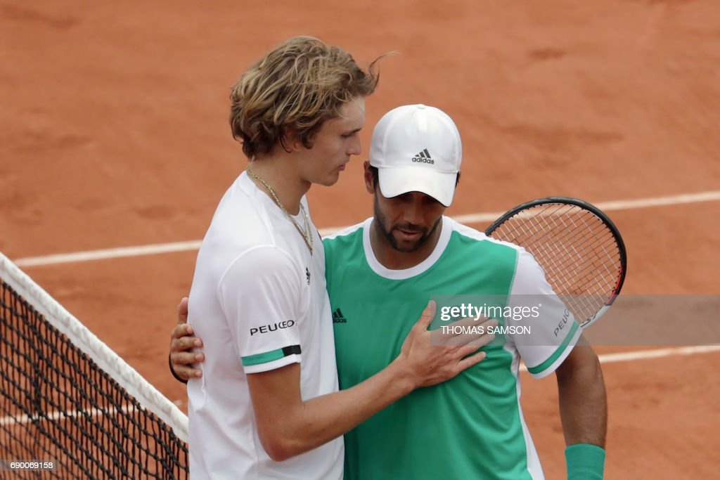 Spain's Fernando Verdasco (R) hugs Germany's Alexander Zverev after winning their tennis match at the Roland Garros 2017 French Open on May 30, 2017 in Paris. / AFP PHOTO / Thomas SAMSON