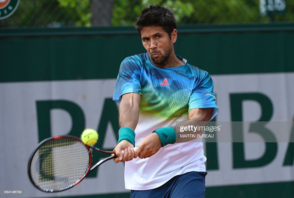 Spain's Fernando Verdasco returns the ball to Croatia's Ivan Dodig during their men's second round match at the Roland Garros 2016 French Tennis Open in Paris on May 25, 2016. / AFP / MARTIN