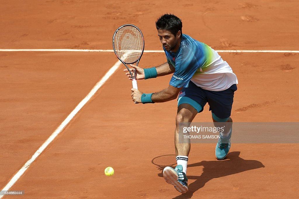 Spain's Fernando Verdasco returns the ball to Japan's Kei Nishikori during their men's third round match at the Roland Garros 2016 French Tennis Open in Paris on May 27, 2016. / AFP / Thomas SAMSON