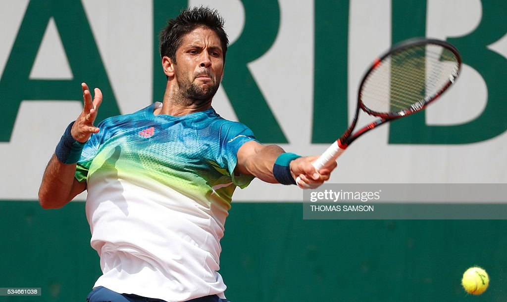 Spain's Fernando Verdasco returns the ball to Japan's Kei Nishikori during their men's third round match at the Roland Garros 2016 French Tennis Open in Paris on May 27, 2016. / AFP / Thomas SAMSON