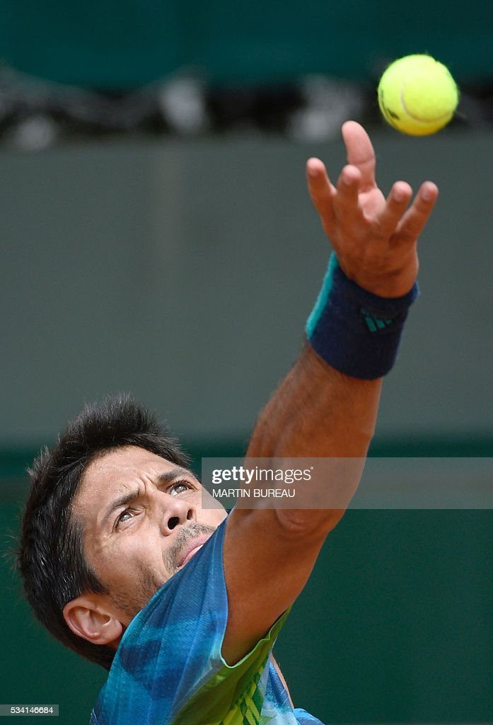 Spain's Fernando Verdasco serves the ball to Croatia's Ivan Dodig during their men's second round match at the Roland Garros 2016 French Tennis Open in Paris on May 25, 2016. / AFP / MARTIN