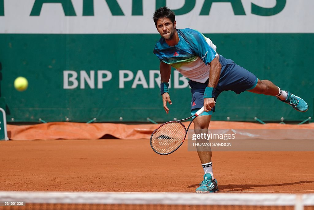 Spain's Fernando Verdasco serves the ball to Japan's Kei Nishikori during their men's third round match at the Roland Garros 2016 French Tennis Open in Paris on May 27, 2016. / AFP / Thomas SAMSON