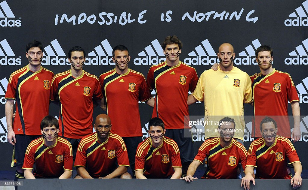 Hilo de la selección de España Spains-football-national-squad-display-the-new-jersey-they-will-use-picture-id85576403