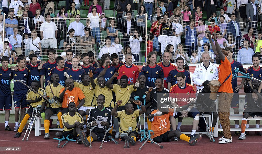 Spain´s football team pose with Sierra Leone's war amputees football players before the training session of the Spanish football team on May 25, 2010, at the Sports City of Las Rozas, near Madrid. Spain, among the favourites for the World Cup, which runs from June 11-July 11, face Switzerland, Honduras and Chile in Group H of the opening round.