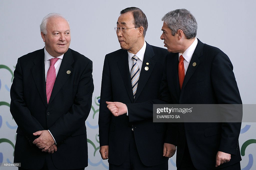 Spain's Foreign Minister Miguel Angel Moratinos (L) UN General -Secratary Ban Ki-moon (C) and Portugal's Prime Minister Jose Socrates talk before posing to the family photo of the UN Alliance of Civilizations Forum in Rio de Janeiro, on May 28, 2010. AFP PHOTO/Evaristo SA