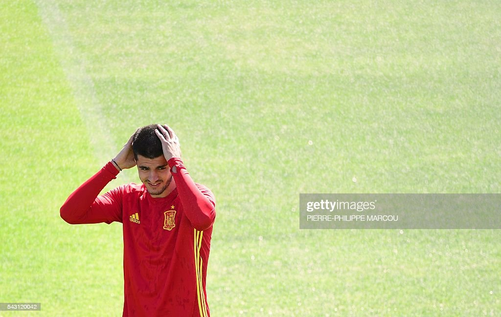Spain's forward Alvaro Morata attends a training session at Saint Martin de Re's stadium on June 26, 2016, on the eve of their match against Italy during the Euro 2016 football tournament. / AFP / PIERRE