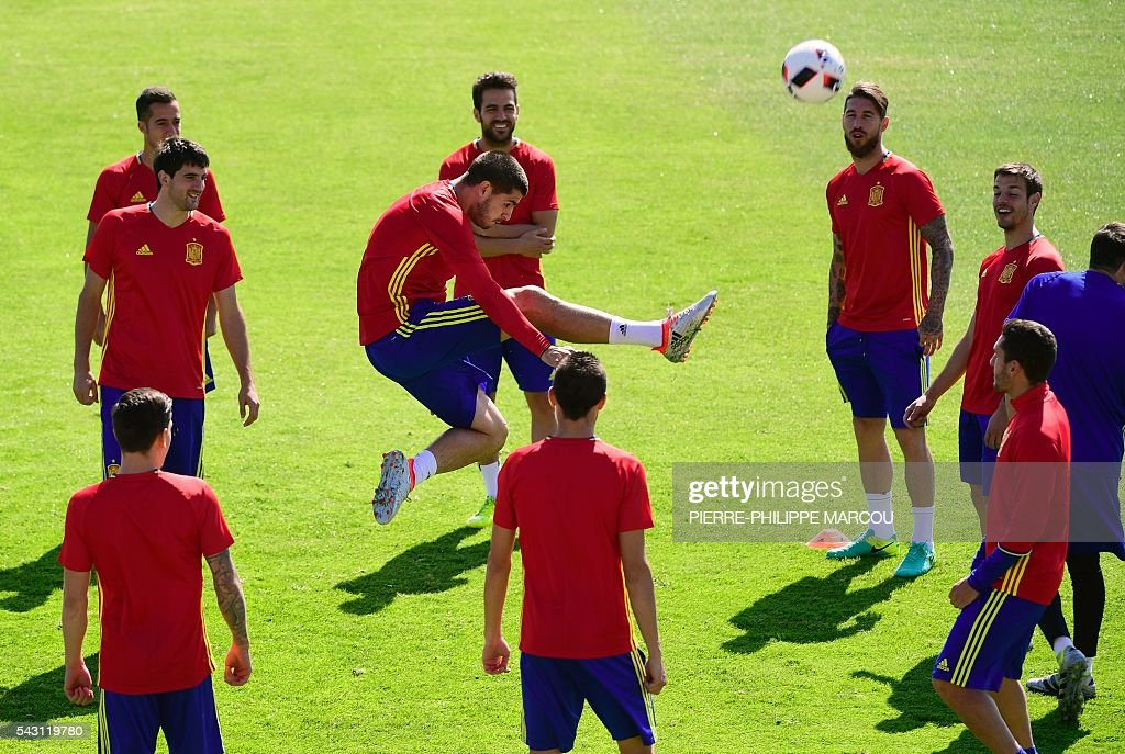 Spain's forward Alvaro Morata (C) kicks the ball surrounded by teammates during a training session at Saint Martin de Re's stadium on June 26, 2016, on the eve of their match against Italy during the Euro 2016 football tournament. / AFP / PIERRE