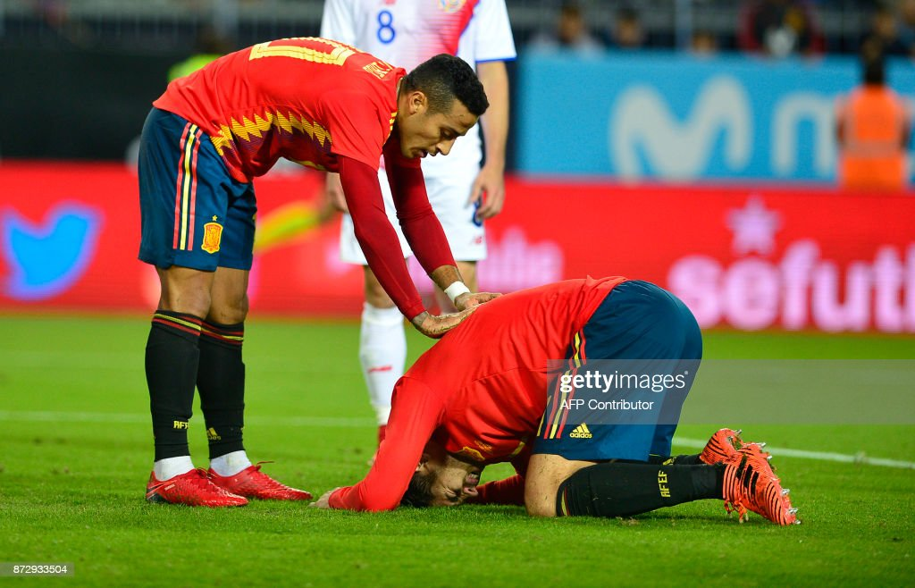 Spain's forward Alvaro Morata (down) reacts next to Spain's midfielder Thiago (L) after scoring a goal during the international friendly football match Spain against Costa Rica at La Rosaleda stadium in Malaga on November 11, 2017. /