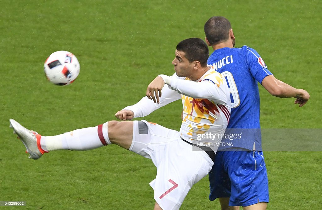Spain's forward Alvaro Morata (L) vies with Italy's defender Leonardo Bonucci during Euro 2016 round of 16 football match between Italy and Spain at the Stade de France stadium in Saint-Denis, near Paris, on June 27, 2016. / AFP / MIGUEL